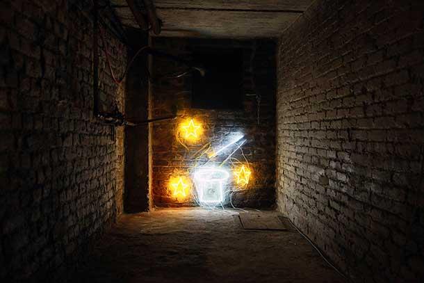 A neon by Filip Gilissen in the basement of Komplot © Vincent Matthu