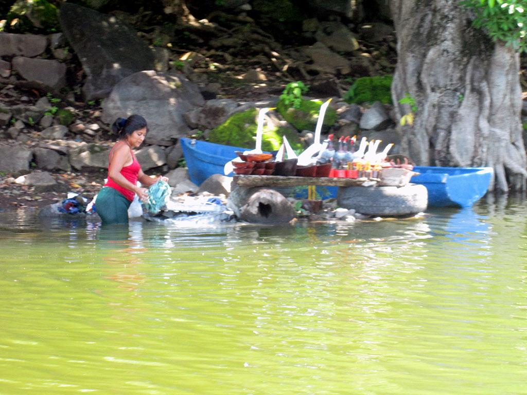 10-Craft-shop-on-lake-nicaragua