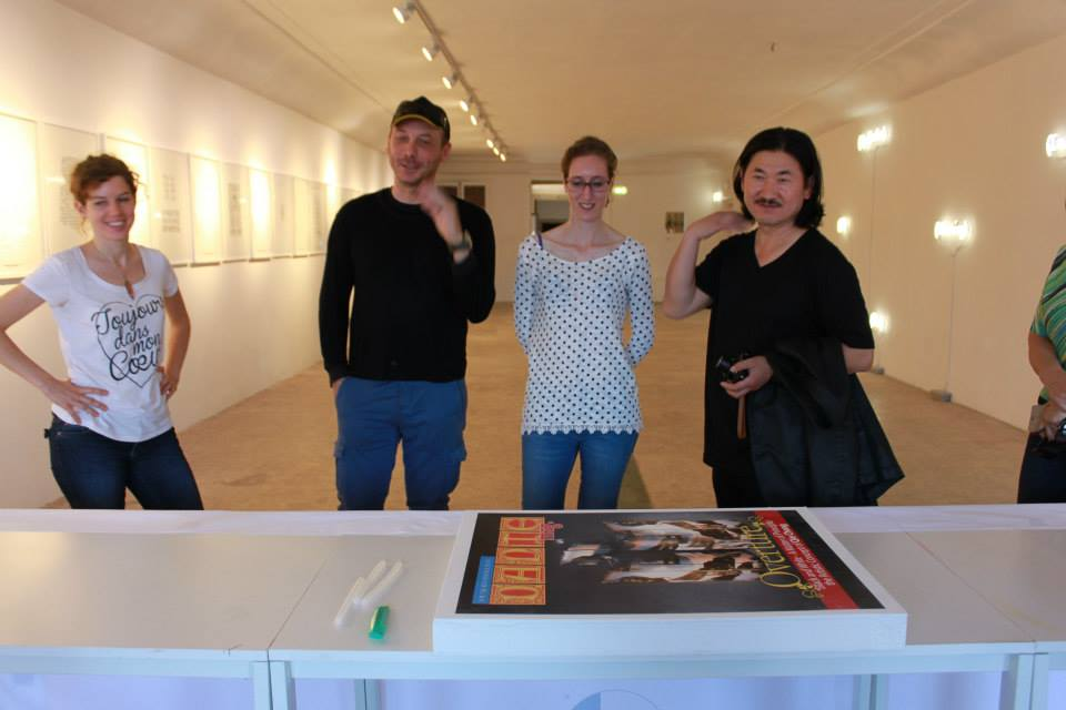 Qin Chong admiring the gigantico cover made of sugar by artist Marco Chiurato with Laura Carniello, Sofie Cavalli and DANTEmag Editor in Chief Massimo Gava