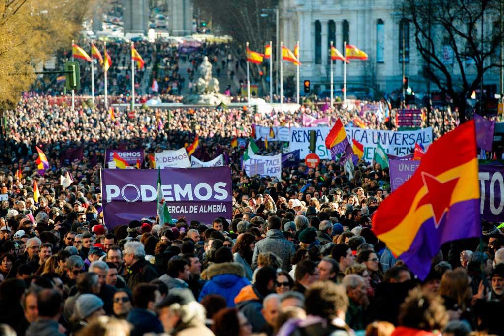 Participantes-con-banderas-republicanas-en-la-marcha-del-cambio--convocada-el-sabado-por-Podemos