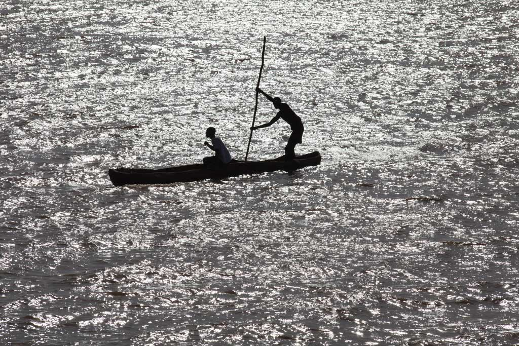 Daasanach-crossing-the-Omo-river