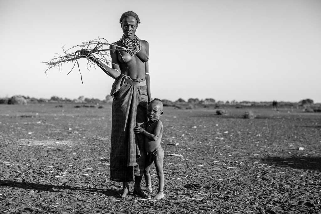 Daasanach-woman--collecting-firewood