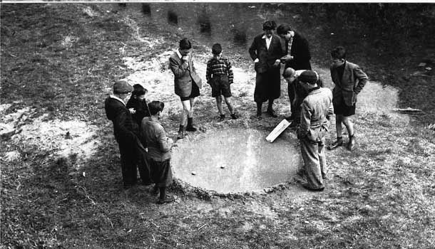 Before Halloween the filò - children around a pond